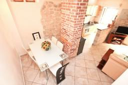 Кухня. Черногория, Пераст : Прекрасный каменный дом в Перасте с 3-мя отдельными спальнями, с большой гостиной, с 2-мя ванными комнатами, с большой террасой, с местом для барбекю, Wi-Fi, 20 метров до моря