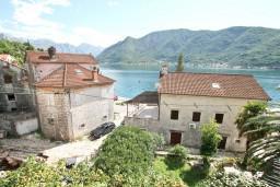 Вид на море. Черногория, Пераст : Прекрасный каменный дом в Перасте с 3-мя отдельными спальнями, с большой гостиной, с 2-мя ванными комнатами, с большой террасой, с местом для барбекю, Wi-Fi, 20 метров до моря
