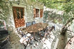 Терраса. Черногория, Пераст : Прекрасный каменный дом в Перасте с 3-мя отдельными спальнями, с большой гостиной, с 2-мя ванными комнатами, с большой террасой, с местом для барбекю, Wi-Fi, 20 метров до моря