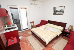 Студия (гостиная+кухня). Черногория, Игало : Четырёхместная студия с балконом в Игало, с лежаками и зонтиком на частном пляже