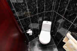 Ванная комната. Черногория, Игало : Четырёхместная студия с балконом в Игало, с лежаками и зонтиком на частном пляже