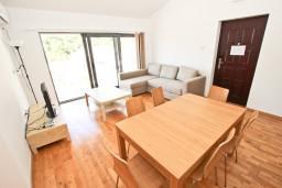 Гостиная. Черногория, Пржно / Милочер : Современный апартамент для 4-6 человек, с 2-мя отдельными спальнями, с большой гостиной, с 2-мя ванными комнатами, с балконом с видом на море