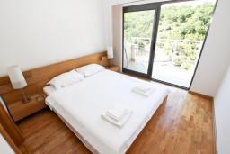 Спальня 2. Черногория, Пржно / Милочер : Современный апартамент для 4-6 человек, с 2-мя отдельными спальнями, с большой гостиной, с 2-мя ванными комнатами, с балконом с видом на море