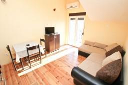 Обеденная зона. Черногория, Кумбор : Апартамент с отдельной спальней, с балконом с видом на море, 10 метров до пляжа
