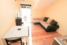 Гостиная. Черногория, Кумбор : Апартамент с отдельной спальней, с балконом с видом на море, 10 метров до пляжа