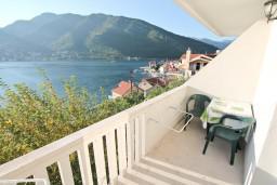 Балкон. Черногория, Лепетане : Апартамент с отдельной спальней, с балконом с шикарным видом на море, 40 метров до пляжа
