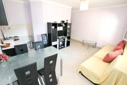 Гостиная. Черногория, Лепетане : Апартамент с отдельной спальней, с террасой с видом на море, 40 метров до пляжа