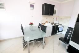 Кухня. Черногория, Лепетане : Апартамент с отдельной спальней, с террасой с видом на море, 40 метров до пляжа