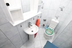 Ванная комната. Черногория, Лепетане : Апартамент с отдельной спальней, с террасой с видом на море, 40 метров до пляжа