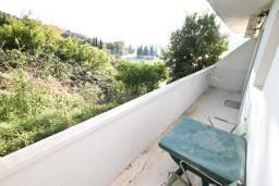 Балкон. Черногория, Лепетане : Апартамент с отдельной спальней, с террасой с видом на море, 40 метров до пляжа