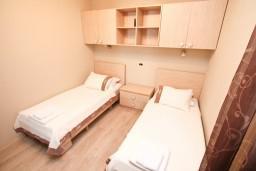 Спальня. Черногория, Муо : Современный апартамент для 4-6 человек, с 2-мя отдельными спальнями, с балконом с видом на море, 20 метров до пляжа