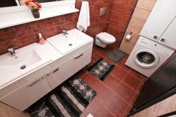 Ванная комната. Черногория, Муо : Современный апартамент для 4-6 человек, с 2-мя отдельными спальнями, с балконом с видом на море, 20 метров до пляжа