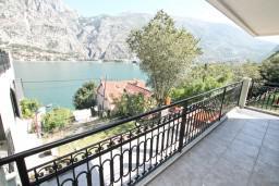 Балкон. Черногория, Муо : Современный апартамент для 4-6 человек, с 2-мя отдельными спальнями, с балконом с видом на море, 20 метров до пляжа