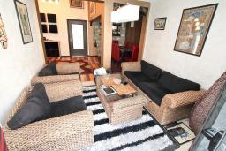 Гостиная. Черногория, Муо : Большой, современный апартамент для 8-10 человек, с 4-мя отдельными спальнями, с огромной гостиной, с 2-мя ванными комнатами (джакузи и душевая кабинка), с балконом и террасой с шикарным видом на море, 20 метров до пляжа