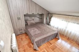 Спальня. Черногория, Муо : Большой, современный апартамент для 8-10 человек, с 4-мя отдельными спальнями, с огромной гостиной, с 2-мя ванными комнатами (джакузи и душевая кабинка), с балконом и террасой с шикарным видом на море, 20 метров до пляжа