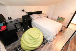 Спальня 2. Черногория, Муо : Большой, современный апартамент для 8-10 человек, с 4-мя отдельными спальнями, с огромной гостиной, с 2-мя ванными комнатами (джакузи и душевая кабинка), с балконом и террасой с шикарным видом на море, 20 метров до пляжа