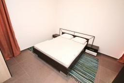 Спальня 2. Черногория, Кавач : Апартамент для 4-6 человек, с 2-мя отдельными спальнями, с просторной гостиной, с террасой