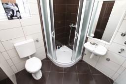 Ванная комната. Черногория, Кавач : Апартамент для 4-6 человек, с 2-мя отдельными спальнями, с просторной гостиной, с террасой