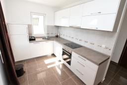 Кухня. Черногория, Кавач : Апартамент для 4-6 человек, с 2-мя отдельными спальнями, с просторной гостиной, с 2-мя балконами