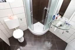 Ванная комната. Черногория, Кавач : Апартамент для 4-6 человек, с 2-мя отдельными спальнями, с просторной гостиной, с 2-мя балконами