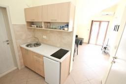 Кухня. Черногория, Кумбор : Современный апартамент на берегу моря с уютным балконом и шикарным видом на море