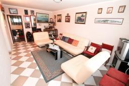 Гостиная. Черногория, Кумбор : Апартамент для 5-7 человек, с 2-мя отдельными спальнями, с просторной гостиной, с большой кухней, с террасой
