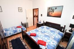 Спальня. Черногория, Кумбор : Апартамент для 5-7 человек, с 2-мя отдельными спальнями, с просторной гостиной, с большой кухней, с террасой