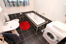 Ванная комната. Черногория, Кумбор : Апартамент для 5-7 человек, с 2-мя отдельными спальнями, с просторной гостиной, с большой кухней, с террасой