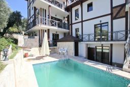 Фасад дома. Черногория, Бечичи : Большой 3-х этажный дом в Бечичи (Борети), площадью 350м2 с 4-мя отдельными спальнями, с большой гостиной-столовой, с 2-мя ванными комнатами, с 4-мя балконами с видом на море, с бассейном, с сауной, с местом для барбекю, с гаражом