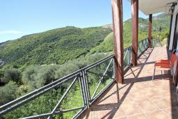 Балкон. Черногория, Бечичи : Большой 3-х этажный дом в Бечичи (Борети), площадью 350м2 с 4-мя отдельными спальнями, с большой гостиной-столовой, с 2-мя ванными комнатами, с 4-мя балконами с видом на море, с бассейном, с сауной, с местом для барбекю, с гаражом