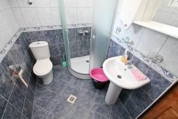 Ванная комната. Черногория, Жанице / Мириште : Апартамент с отдельной спальней, 50 метров до пляжа