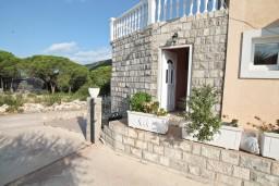 Вход. Черногория, Жанице / Мириште : Апартамент с отдельной спальней, 50 метров до пляжа