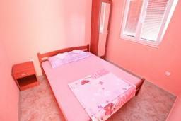 Спальня 2. Черногория, Жанице / Мириште : Апартамент для 4 человек, с 2-мя отдельными спальнями, с террасой, 50 метров до пляжа