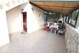Терраса. Черногория, Жанице / Мириште : Апартамент для 4 человек, с 2-мя отдельными спальнями, с террасой, 50 метров до пляжа