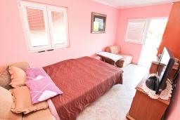Спальня. Черногория, Жанице / Мириште : Апартамент для 4-5 человек, с 2-мя отдельными спальнями, с большой террасой с видом на море, 50 метров до пляжа