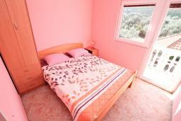 Спальня 2. Черногория, Жанице / Мириште : Апартамент для 4-5 человек, с 2-мя отдельными спальнями, с большой террасой с видом на море, 50 метров до пляжа