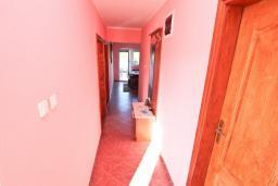 Коридор. Черногория, Жанице / Мириште : Апартамент для 4-5 человек, с 2-мя отдельными спальнями, с большой террасой с видом на море, 50 метров до пляжа