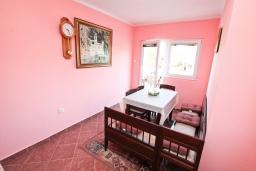 Кухня. Черногория, Жанице / Мириште : Апартамент для 4-5 человек, с 2-мя отдельными спальнями, с большой террасой с видом на море, 50 метров до пляжа
