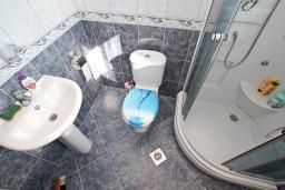 Ванная комната. Черногория, Жанице / Мириште : Апартамент для 4-5 человек, с 2-мя отдельными спальнями, с большой террасой с видом на море, 50 метров до пляжа