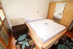 Спальня. Черногория, Колашин : 3-х этажный дом в Колашине с 4-мя отдельными спальнями, с большой гостиной, с 2-мя ванными комнатами, с зеленым двориком и местом для барбекю.