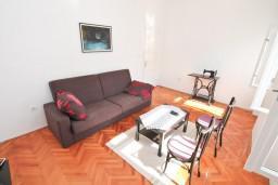 Гостиная. Черногория, Дженовичи : Апартамент для 4-6 человек, с 2-мя отдельными спальнями, с балконом с видом на море, возле пляжа