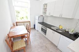 Кухня. Черногория, Дженовичи : Апартамент для 4-6 человек, с 2-мя отдельными спальнями, с балконом с видом на море, возле пляжа