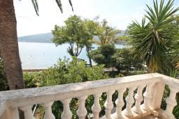 Балкон. Черногория, Дженовичи : Апартамент для 4-6 человек, с 2-мя отдельными спальнями, с балконом с видом на море, возле пляжа