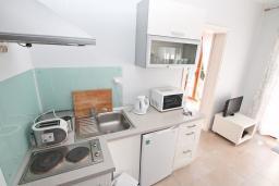 Кухня. Черногория, Герцег-Нови : Современный апартамент с террасой с видом на море