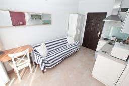 Гостиная. Черногория, Герцег-Нови : Современный апартамент с террасой с видом на море