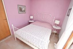 Спальня. Черногория, Герцег-Нови : Современный апартамент с террасой с видом на море