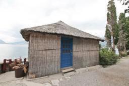 Фасад дома. Черногория, Росе : Домик возле моря с террасой с шикарным видом на залив