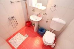 Ванная комната. Черногория, Росе : Домик возле моря с террасой с шикарным видом на залив