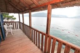 Терраса. Черногория, Росе : Домик возле моря с террасой с шикарным видом на залив