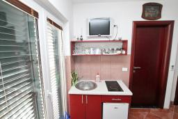 Студия (гостиная+кухня). Черногория, Игало : Четырёхместная студия с балконом и прямым видом на море, с лежаками и зонтиком на частном пляже